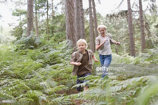 Mutter und Sohn Laufen im Wald