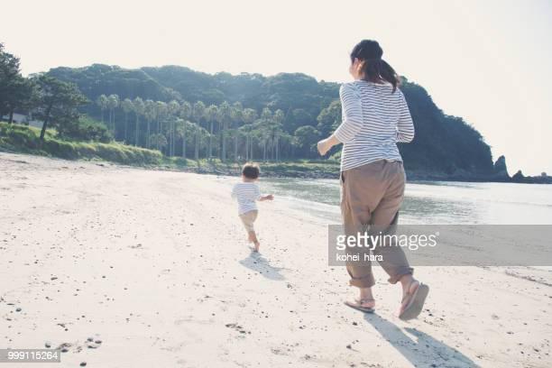 母と息子のランニングビーチの