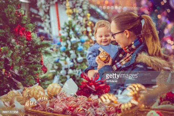 Mère et fils shopping sur Noël