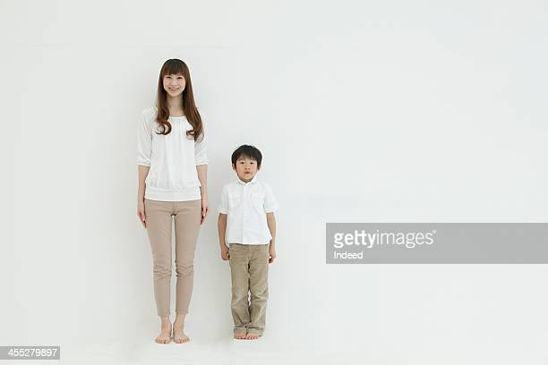 mother and son smile in front of the white background - 隣り合わせ ストックフォトと画像
