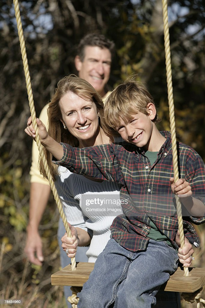 Mother and son swinging : Stockfoto
