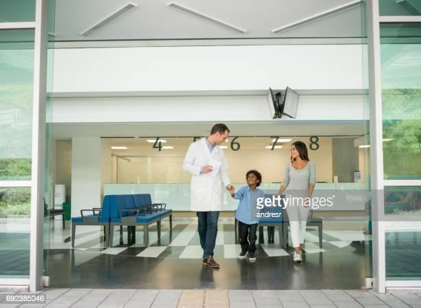 母と息子が病院で、医者に話して