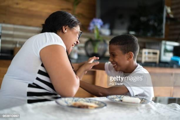mãe e filho fazendo cócegas - carinhoso - fotografias e filmes do acervo