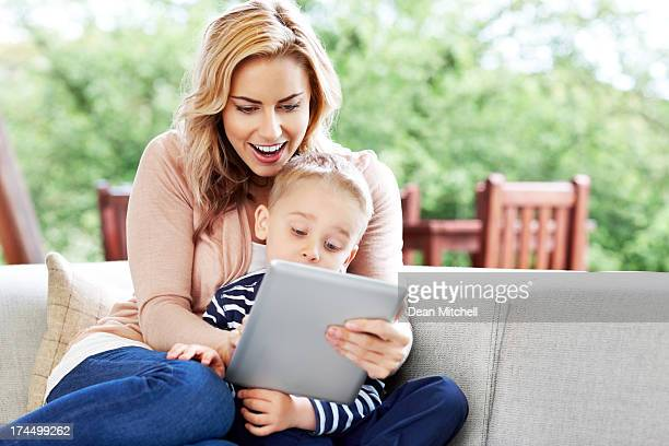 Mutter und Sohn mit tablet PC