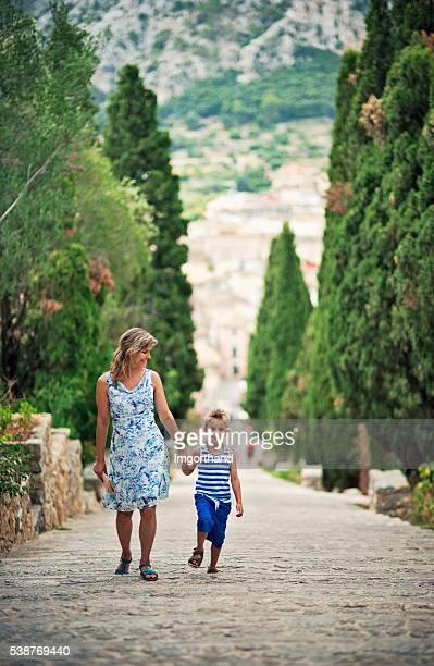 Mère et fils fils visite Pollença, Majorque, Espagne