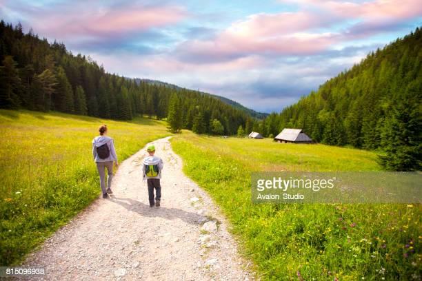 Mutter und Sohn gehen die Bergstraße