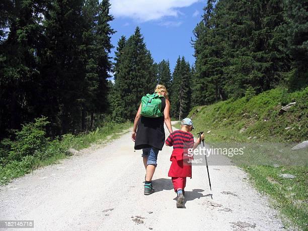 Mutter und Sohn zu Fuß bergauf in mountains in den Tag