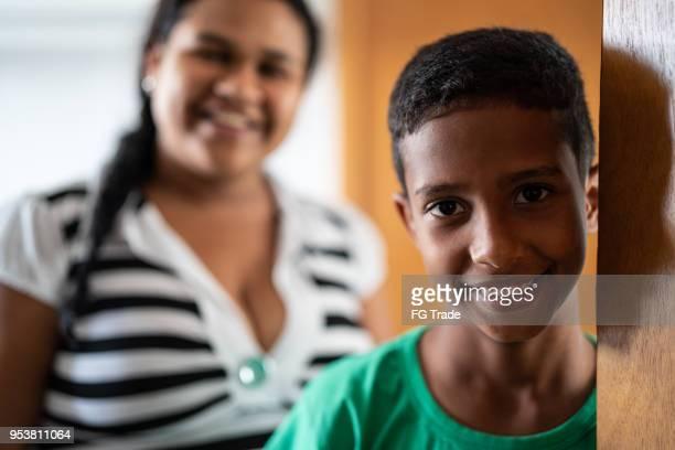 mãe e filho de boas-vindas e abertura de porta - com fome - fotografias e filmes do acervo