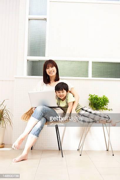 母と息子とノートパソコン