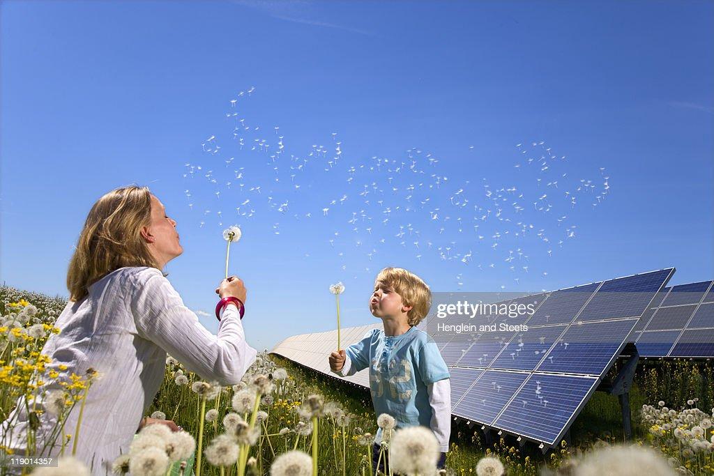 Mutter und Sohn mit Solarzellen : Stock-Foto