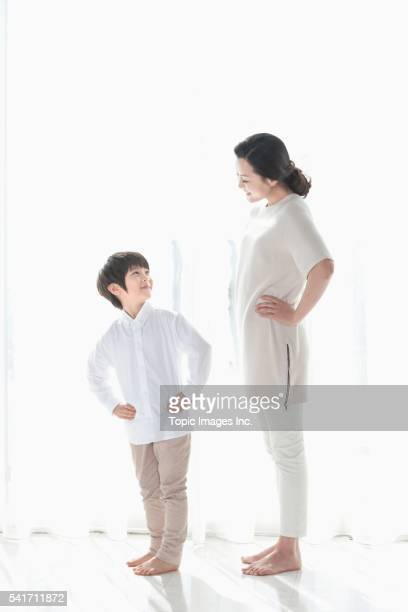 mother and son,korean - main sur la hanche photos et images de collection