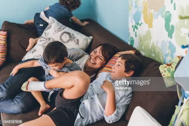 moeder en zoons worstelen - familie met drie kinderen stockfoto's en -beelden
