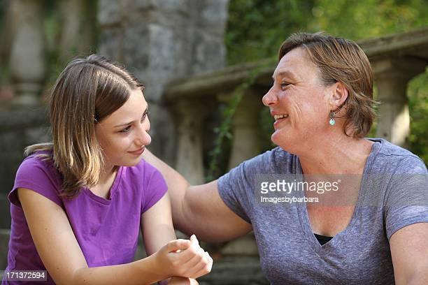 Mutter mit Teenager-Tochter, die ein Gespräch.
