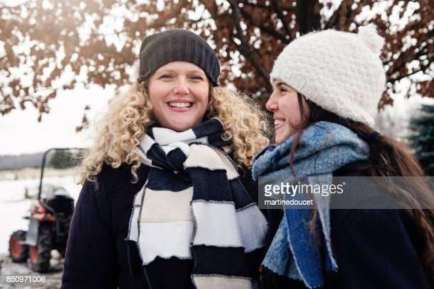 Mutter und Tochter im Teenageralter Outdoor Portrait im Winter.