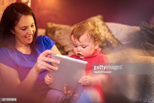 Mère et enfants à l'aide de tablette numérique