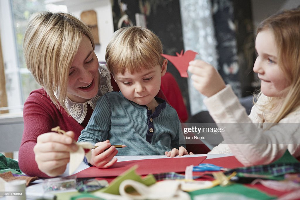 Mother and two children drawing at kitchen table : Stock-Foto