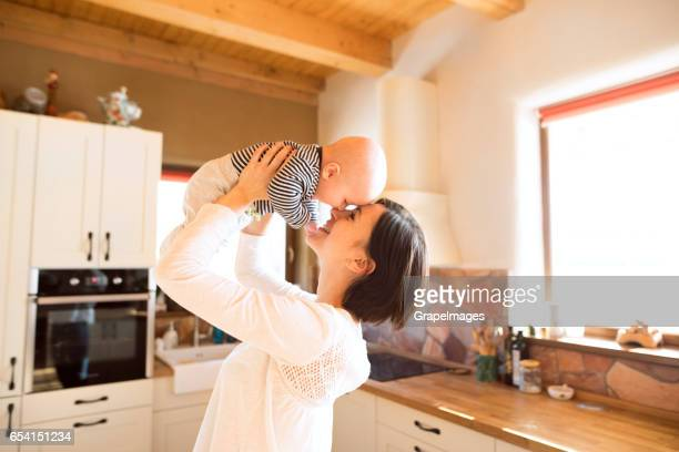 À la maison mère tenant son bébé dans ses bras
