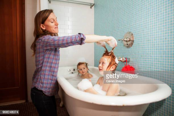 mother bathing kids in bathtub - mamma nuda figlio foto e immagini stock