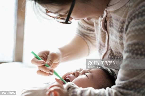母親が息子の歯を磨く