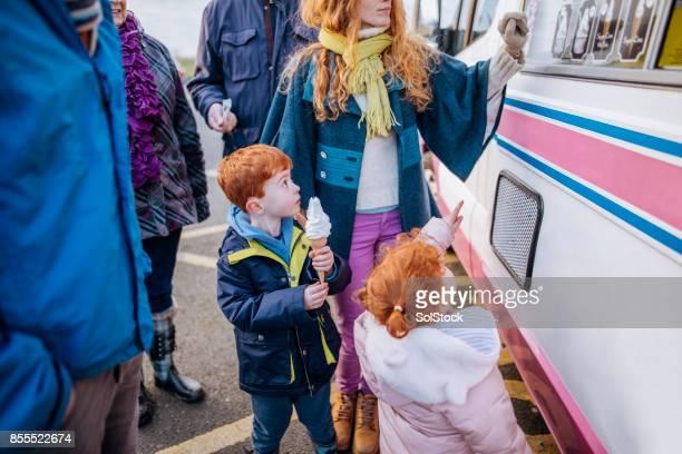 Comprar helados para los niños de la madre