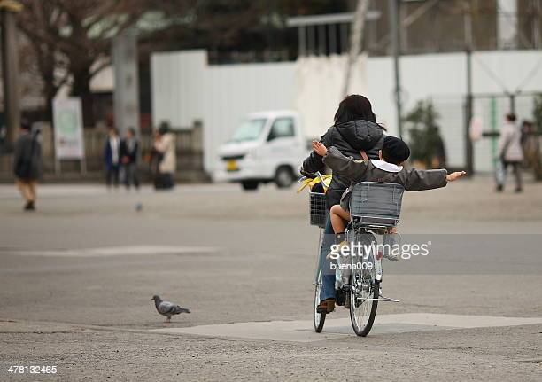 mother carring child on bicycle - um animal - fotografias e filmes do acervo