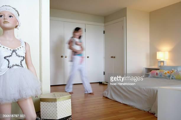 Mère portant Bébés filles (de 9 à 12 mois) dans la chambre (flou motio