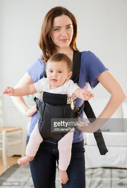 mother carrying baby in sling - kangourou photos et images de collection