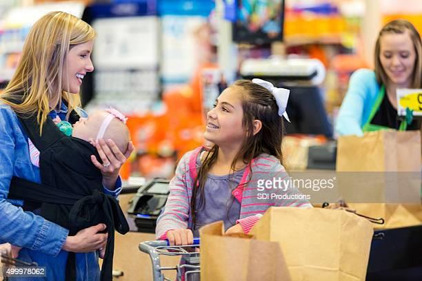 お客様のチェックアウトには、スーパーマーケット、お子様や赤ちゃんの娘