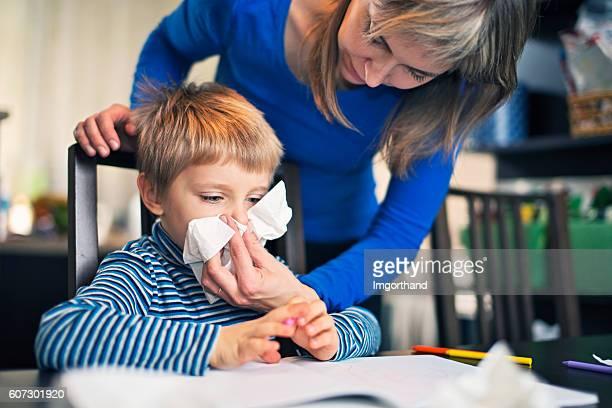 madre de limpieza de punta de enfermos son - sonarse fotografías e imágenes de stock