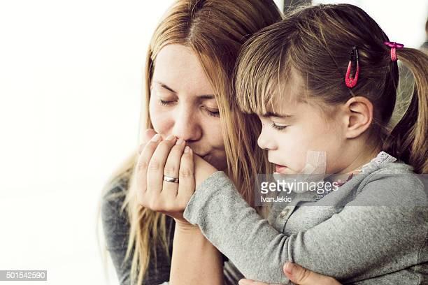 Mère réconfortant blessés enfant
