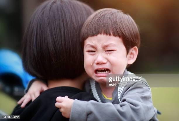 Mutter beruhigend Sohn in Tränen