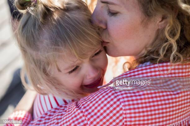 mother consoling her crying daughter - 2 3 jaar stockfoto's en -beelden