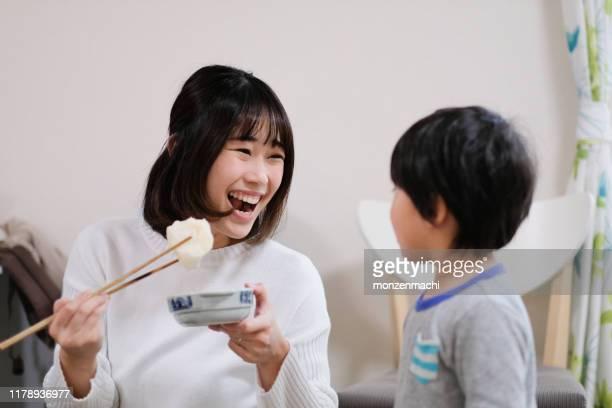 お子様と一緒に日本の伝統料理を作る母 - 飲食 ストックフォトと画像