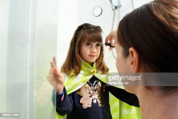 mother cutting child girl  hair - rafael ben ari fotografías e imágenes de stock