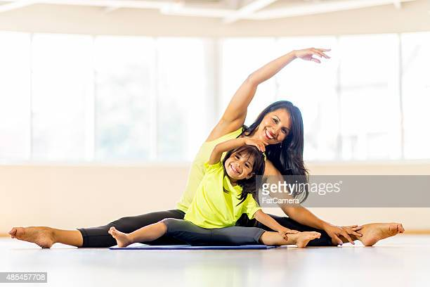 mother daughter yoga class - exercising stock pictures, royalty-free photos & images