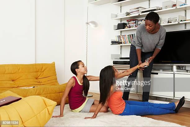 Mutter & Töchter, die sich für TV-Fernbedienung