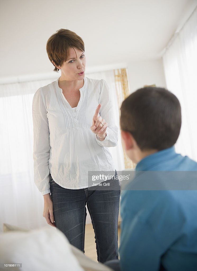 Mother discipling son : Stockfoto