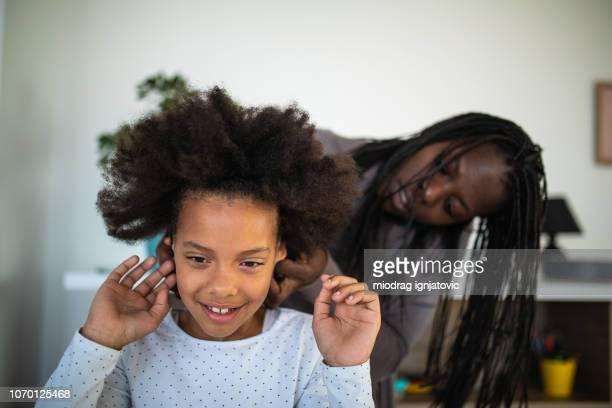 afro da mãe fazendo filha - penteando - fotografias e filmes do acervo