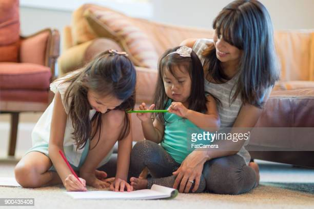 mother drawing with daughters in living room - povo havaiano imagens e fotografias de stock