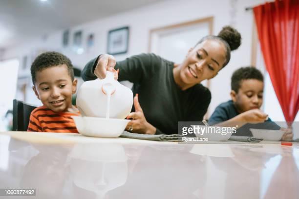 frühstücken mit ihren zwei jungen mutter - alleinerzieherin stock-fotos und bilder