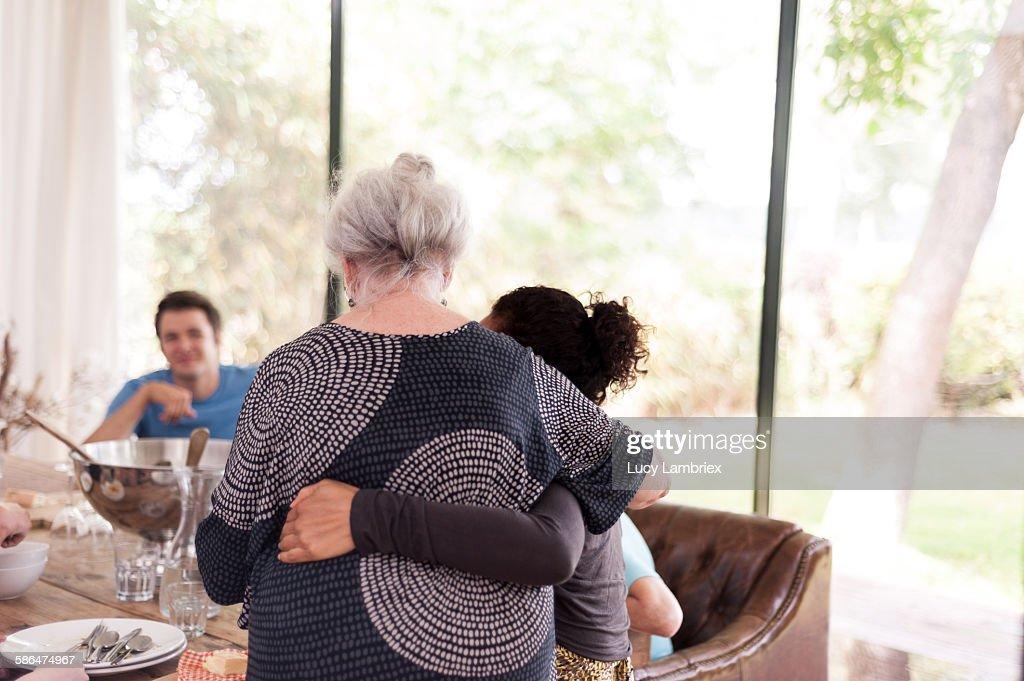 Mother embracing daughter : Stockfoto