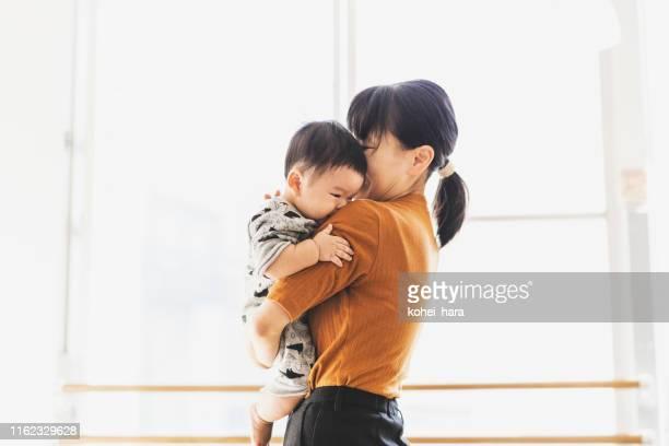 赤ちゃんを抱きしめる母 - embracing ストックフォトと画像