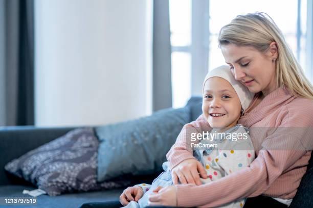 mutter umarmt ihre tochter mit krebs stockfoto - cancer illness stock-fotos und bilder