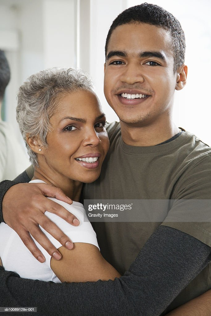 Mother embracing son, smiling, close-up, portrait : Stockfoto