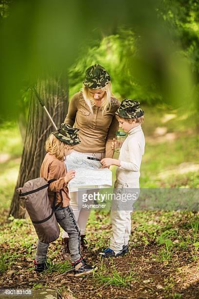 Erkundung Karte Mutter mit ihren Kindern in der Natur.