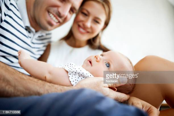ligação da matriz, do pai e da criança do bebê - happy new month - fotografias e filmes do acervo