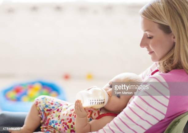 Maman Alimentation bébé fille de bouteille