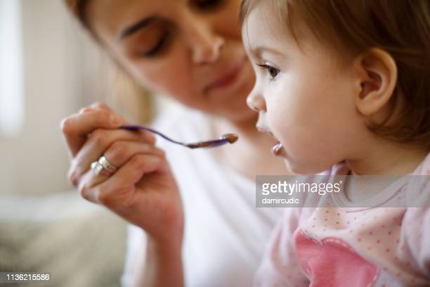 matriz que alimenta seu bebê - dama de companhia - fotografias e filmes do acervo