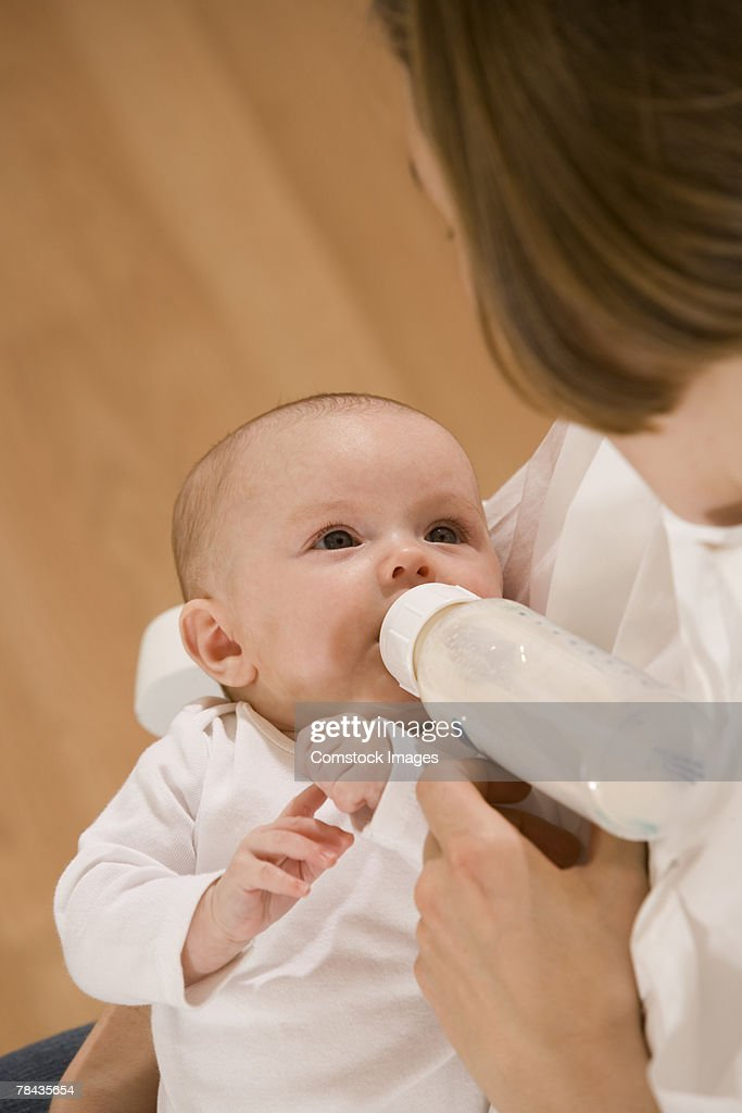 Mother feeding her baby : Stockfoto