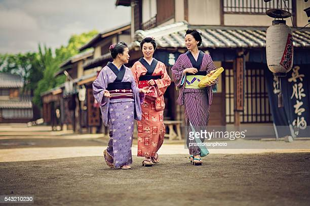 Mother from edo period is talking with her daughters.